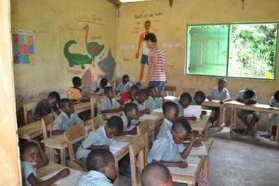 Wolontariuszka w klasie na projekcie Edukacji w Ghanie.