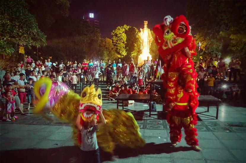 Tancerze ubrani w smocze stroje w Hanoi