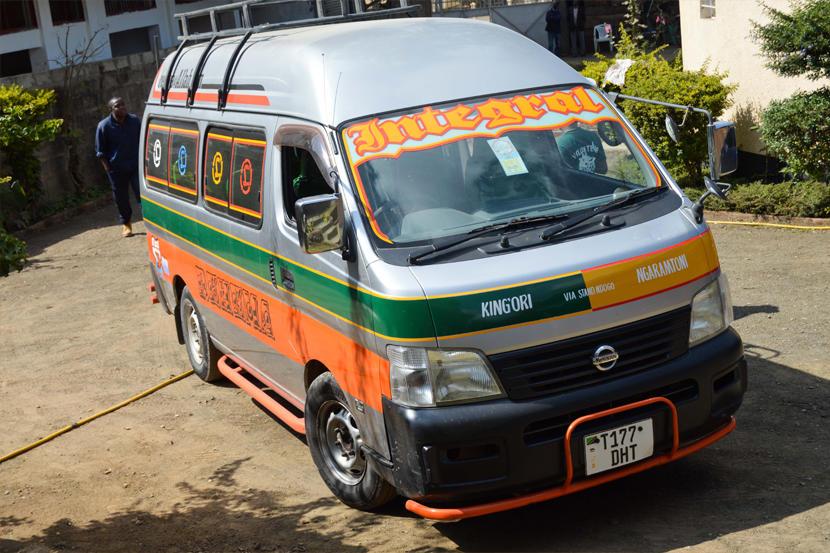 Kolorowy samochód taksówki z Aruscha w Tanzanii