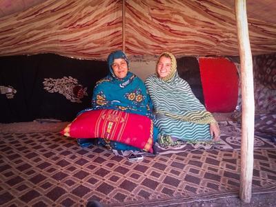 Dwie lokalne kobiety pozują do zdjęcia