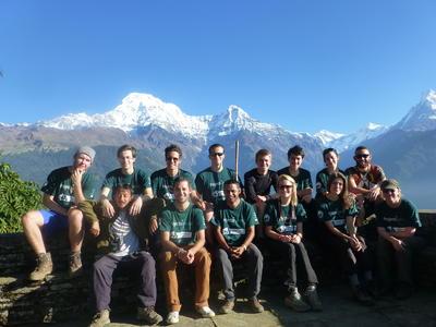 Grupa wolontariuszy pozuje na tle gór w Nepalu