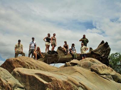 Wolontariusze mający przerwę na projekcie ochrony środowiska w Botswanie.