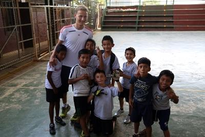 Costa Rican students with a Projects Abroad volunteer.