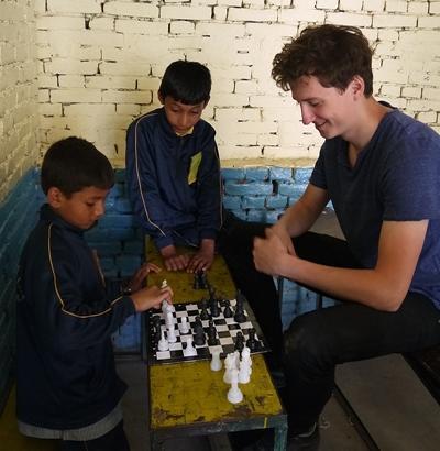 Uczestnik wolontariatu w Nepalu podczas pracy w szkole w Katmandu