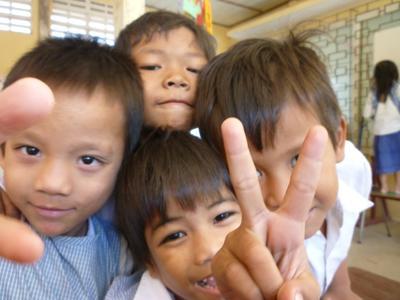 Dzieci pozujące do zdjęć w Kambodży