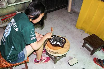 Wolontariuszka wykonuje pracę manualną