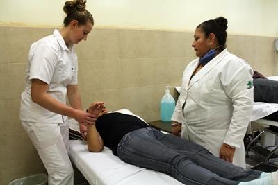 A Mexican physical therapist supervises a Projects Abroad intern.