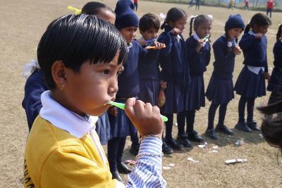Dzieci podczas mycia zębów, Nepal