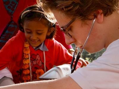Wolontariuszka wolontariatu medycznego w Nepalu uczestniczy w badaniu