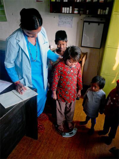 Praktykantka podczas badania kontrolnego, Nepal