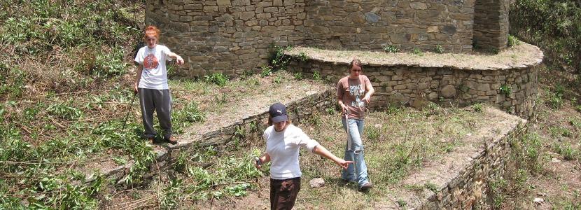 Młodzi wolontariusze podczas prac archeologicznych