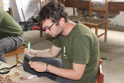 Młodzi wolontariusze podczas prac archeologicznych w Peru