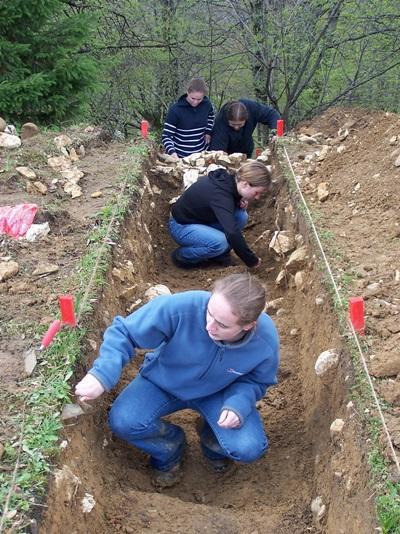 Młodzi wolontariusze podczas prac archeologicznych w Rumunii