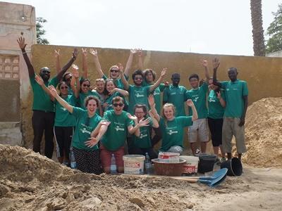 Grupa młodych uczestników wolontariatu budowlanego w Senegalu