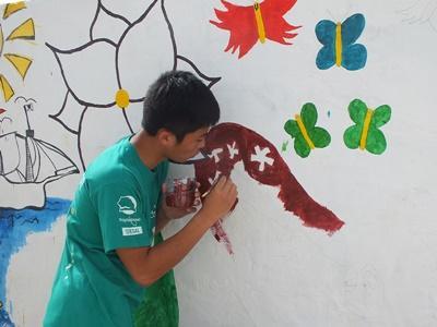Młodzi wolontariusze podczas prac budowlanych w Senegalu
