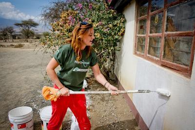 Wolontariuszka podczas prac budowlanych