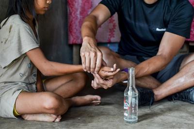 Wolontariusz pomaga dziecku