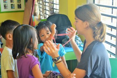 Wolontariuszka Projects Abroad prowadzi zajęcia wraz z dziećmi z Filipin