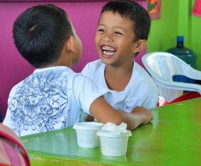 śmiejące się dzieci z filipin