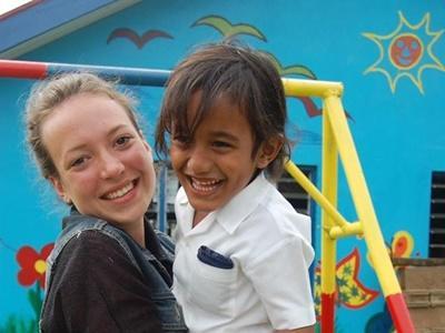 Polska wolontariuszka bawi się z dziećmi w loklanym przedszkolu na Samoa.
