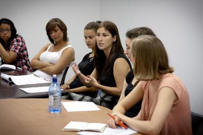 Wolontariusze siedzą przy jednym stole i prowadzą dyskusję sądową, RPA.
