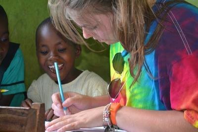 Wolontariuszka rysuje razem z dziećmi