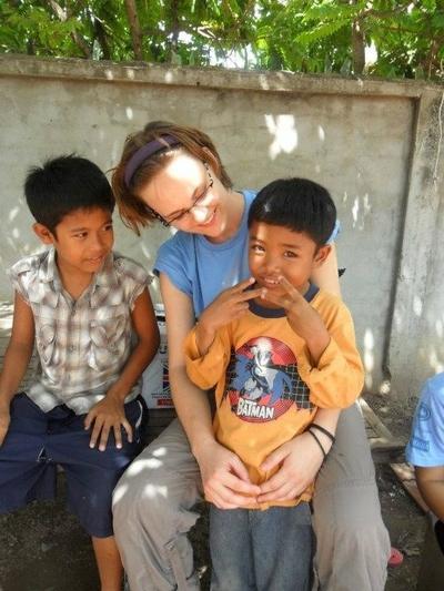 Na wolontariacie z opieki nad dziećmi wolontariusza zajmuje się dziećmi.