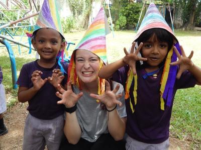 Wolontariuszka pozuje do zdjęcia razem z podopiecznymi podczas wolontariatu grupowego dla dorosłych.