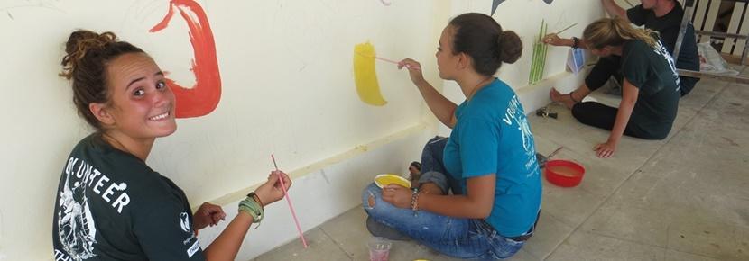 Polscy wolontariusze za granicą podczas pracy