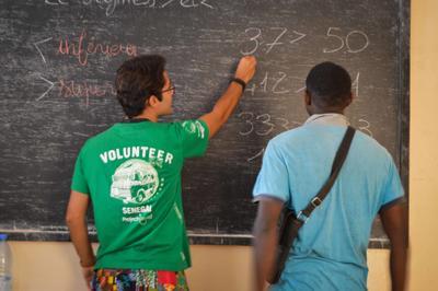 Wolontariusz Projects Abroad naucza mikroprzedsiębiorcę w Saint Louis, Senegal