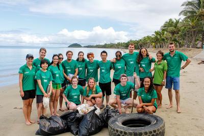 Wolontariusze z ochrony środowiska pozują od zdjęcia po uprzątnięciu plaży