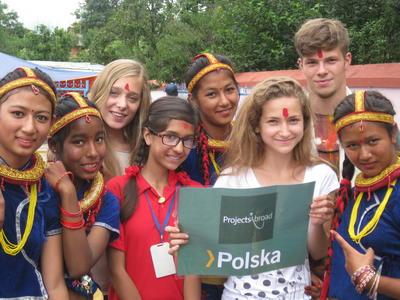 Grupa przyjaciół z Polski pozuje do zdjęcia podczas wolontariatu w Nepalu